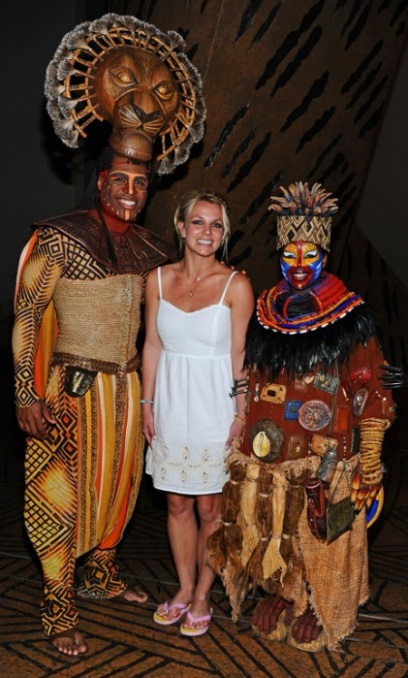 Britney Spears Pose with The Lion King Cast